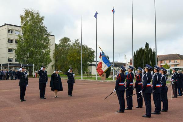 http://www.ensp.interieur.gouv.fr/var/ensp/storage/images/mediatheque/images/actualites/honneur-au-drapeau/293551-1-fre-FR/Honneur-au-drapeau_lightbox.jpg